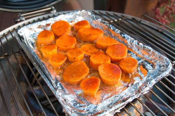 S-sskartoffeln-in-Ahornsirup-Butter