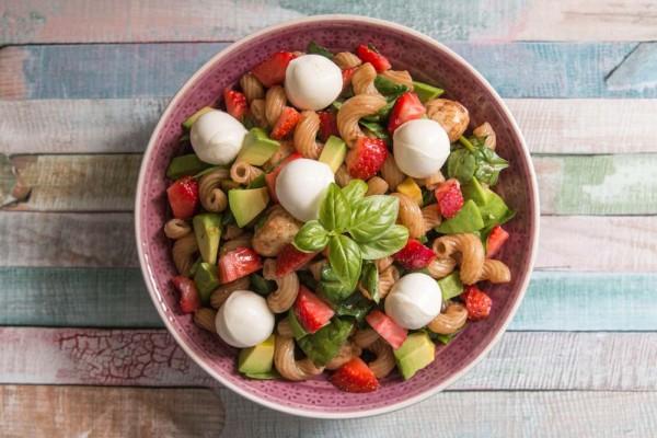 Nudelsalat-mit-Avocado-Erdbeeren-Mozarella-1