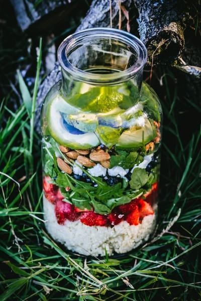 Bunter-Sommersalat-mit-Quinoa-und-Erdbeerdressing